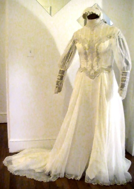 Vintage Wedding Gown Ivory Lace Pearls Applique Size 12 Long Sleeves